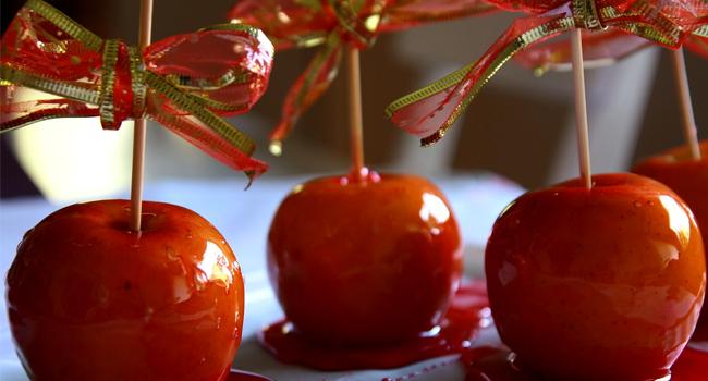Karamele sarılmış elma şekeri