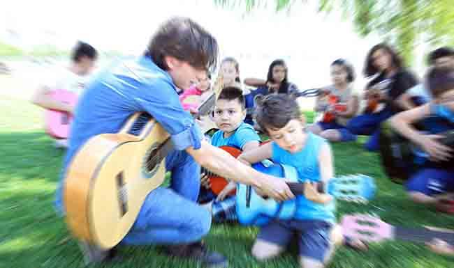 Göl kenarında gitar kursu fırsatı